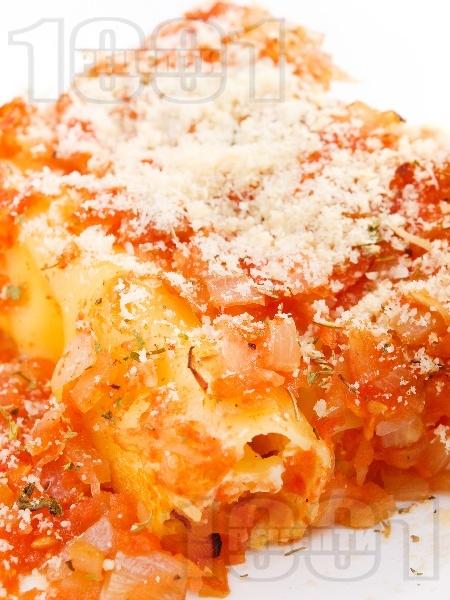 Канелони със сирене, гъби печурки, яйца, доматен сос и пармезан на фурна - снимка на рецептата